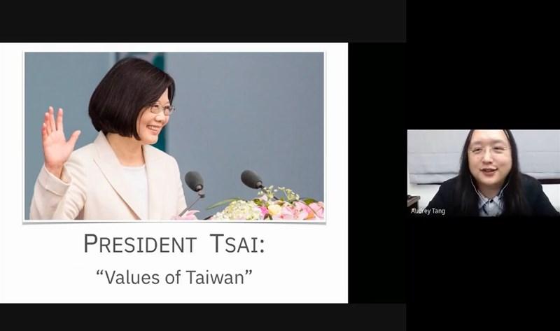 行政院政務委員唐鳳4日分享政府與民間合力推動數位社會創新,並運用於對抗疫情及打擊假訊息等相關經驗。(圖取自2030促進者YouTube頻道網頁youtube.com)