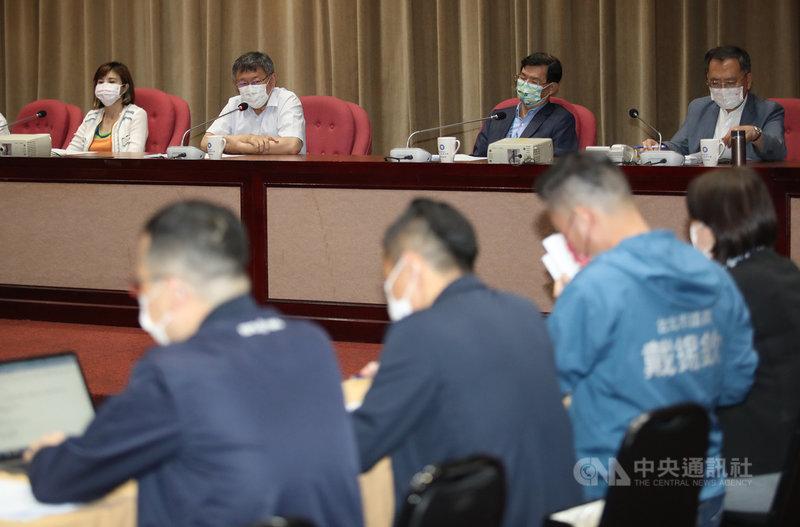 台北市長柯文哲(後左2)5日赴台北市議會國民黨團報告,多名議員關心北市警界與警察局長陳嘉昌人事案等議題。中央社記者張新偉攝 110年5月5日