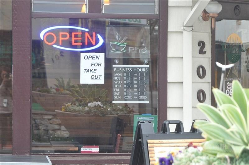 舊金山灣區為了防疫幾度封城,餐廳無法營業或者只提供外帶服務,許多遭到解雇的員工離開,以致餐飲業在疫情減緩後面臨前所未見的人才荒。(中央社檔案照片)