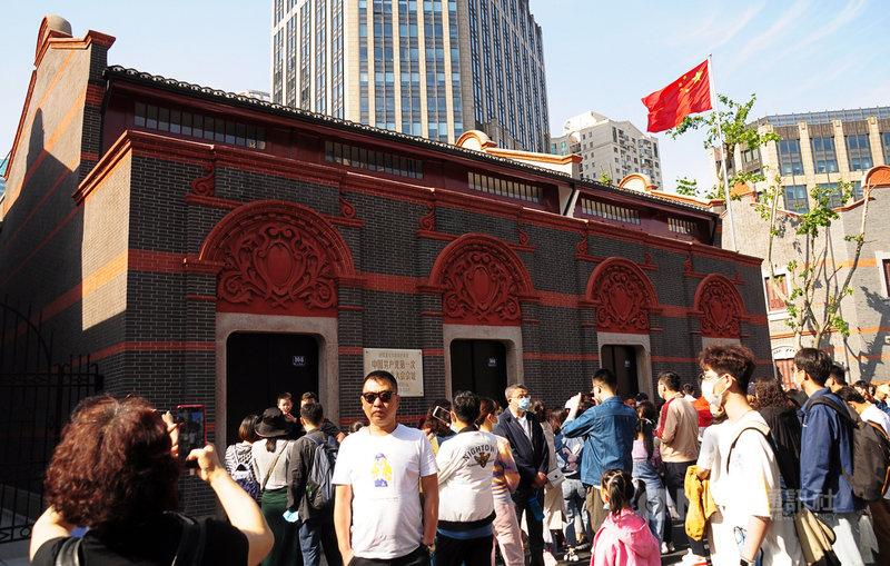 今年適逢中共建黨百年,據統計,「五一」期間上海8家紅色主題景區景點,共接待7.42萬人次的遊客。圖為2日在中共「一大」會址合影的人潮。中央社記者沈朋達上海攝  110年5月5日