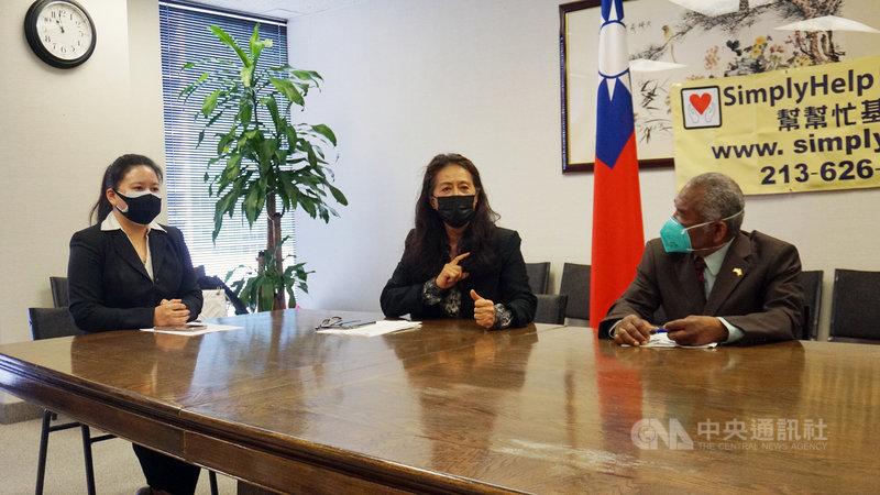 美國幫幫忙基金會創辦人鮑潘曉黛(中)每年號召僑胞,送出10多個貨櫃援助非洲與拉丁美洲的貧窮國家,聖文森駐洛杉磯名譽總領事吉爾(Cadrin Gill)(右)表達感謝。中央社記者林宏翰洛杉磯攝 110年5月5日