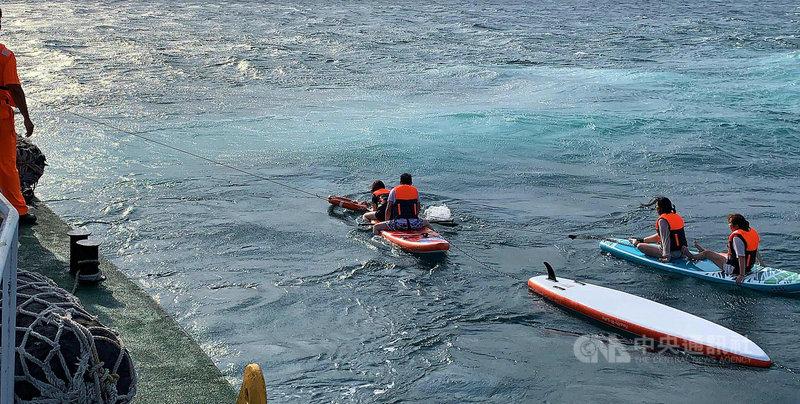 澎湖海巡隊5日下午獲報,有7名遊客體驗SUP立槳遇海象變化,被風浪帶離岸際後無力返回,隨即出動巡防艇趕赴救援,順利將7人與4組槳板救起,平安返回。(澎湖海巡隊提供)中央社  110年5月5日