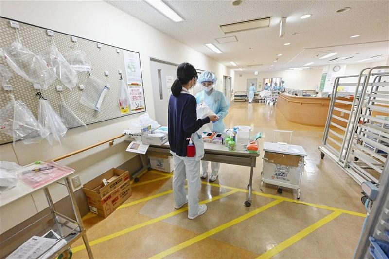日本疫情嚴峻的大阪府與兵庫縣醫療資源緊繃,重症病床不足。圖為大阪一間醫院醫護作業情形。(共同社)