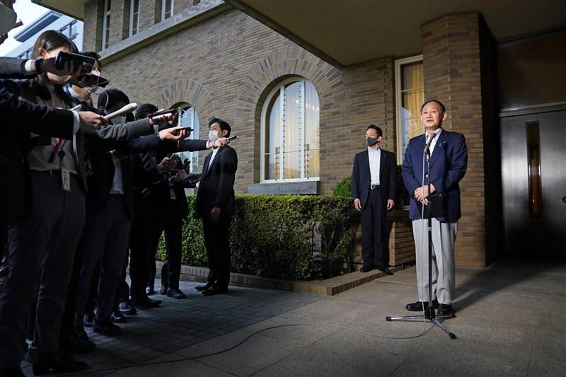 日本境內2019冠狀病毒疾病疫情延燒,全境重症患者1114人創歷史新高。首相菅義偉(右)5日跟負責防疫的經濟再生擔當大臣西村康稔,以及厚生勞動大臣田村憲久等人會談約一小時。圖為會談後記者會。(共同社)
