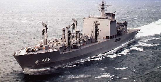 日本海上自衛隊表示,補給艦摩周號(圖)4日與法國海軍巡防艦蘇爾庫夫號,在沖繩周邊海域進行聯合演習。(圖取自日本海上自衛隊網頁www.mod.go.jp)