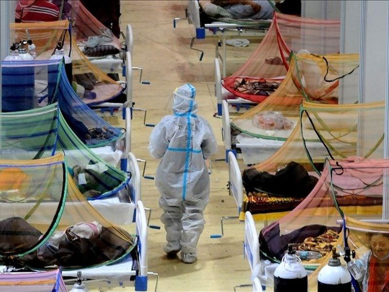 印度疫情嚴重,民進黨立委王定宇5日說,台灣駐印度代表處6位確診,其中1位較嚴重,肺浸潤50%,盼外交部盡快協助這名人員返台治療。圖為新德里一間COVID-19照護中心。(安納杜魯新聞社)