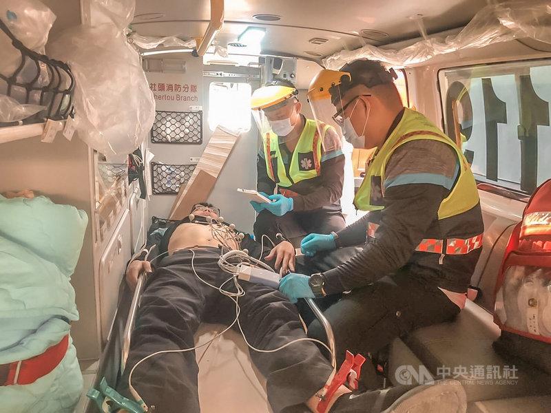 彰化縣消防局6日表示,民國108年底率先全國,在42輛救護車全面配置12導程心電圖機,針對疑急性心肌梗塞患者在車上立即施作12導程心電圖,並將心電圖上傳24 小時有醫師待命的LINE群組供判讀,一旦確認為急性心肌梗塞並需緊急手術,醫院就會在救護車抵達前召集團隊,完成手術準備。(彰化縣消防局提供)中央社記者蕭博陽彰化縣傳真 110年5月6日