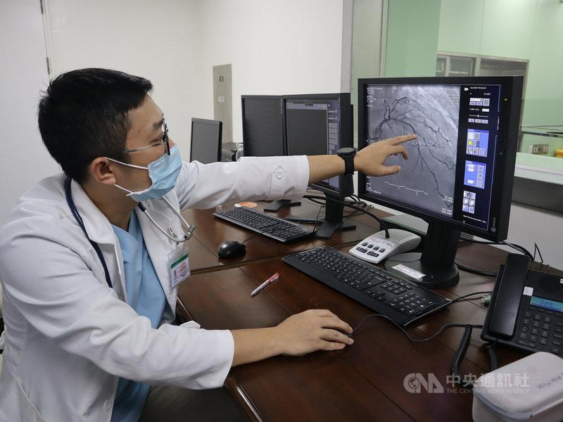 疫情阻斷民眾跨海求診,一名越南台商中斷健保高血壓用藥後,日前感到胸口不適送醫治療,35歲越南籍醫師武英明(Vo Anh Minh)將他救回。中央社記者陳家倫同奈省攝  110年5月6日