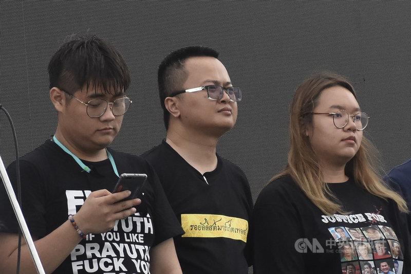 泰國學運浪潮關鍵人物、人權律師阿農(中)遭泰國政府以冒犯君主罪關押在監獄中,5月5日確診感染新型冠狀病毒。圖攝於109年9月20日。中央社記者呂欣憓曼谷攝  110年5月6日