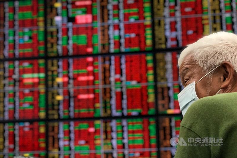 台股6日開高震盪,收盤漲150.92點,終結日K連5黑。中央社記者王騰毅攝 110年5月6日