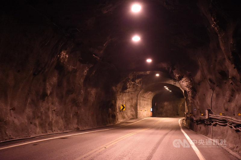 花蓮縣議會議長張峻指出,台9線蘇花公路多處舊隧道照明不足,要求相關單位改善。公路總局四工處表示,已發包工程,針對蘇花改以外的舊隧道照明設施全面改善,預計今年底能完工。(花蓮縣議會提供)中央社記者張祈傳真 110年5月6日