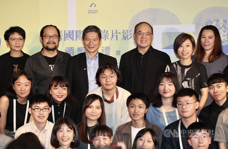 第12屆台灣國際紀錄片影展(TIDF)頒獎典禮6日晚間在台北舉行,文化部長李永得(後左3)、國家電影及視聽文化中心董事長藍祖蔚(後右3)及執行長王君琦(後右2)等人出席並合影。中央社記者張皓安攝 110年5月6日