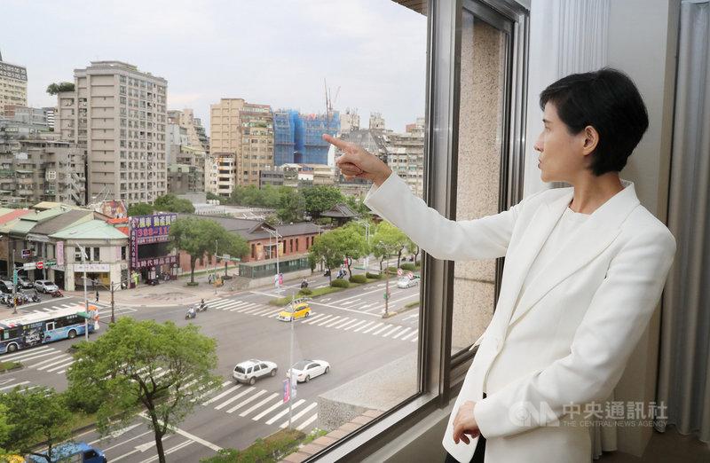 前文化部長鄭麗君在青平台辦公室接受中央社訪問,她指著窗外說,她在城西出生,在城南求學成長,在城南與城中工作,政治意識啟蒙則是龍山寺的519綠色行動。中央社記者張皓安攝  110年5月6日