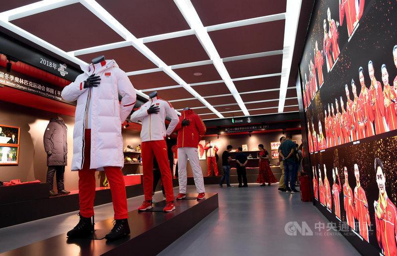 外媒報導,運動品牌adidas已經啟動出售旗下品牌Reebok的程序,傳出中國的運動品牌安踏有意競標。圖為位在晉江的安踏總部,現場展示的2022北京冬奧會和冬殘奧會官方體育服裝。(中新社提供)中央社 110年5月6日