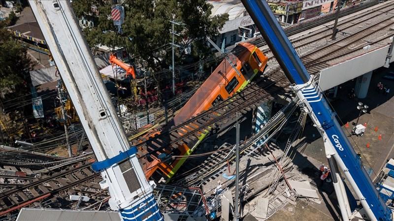 墨西哥首都墨西哥市市內捷運一處高架軌道路段3日晚間坍塌,一列行經列車驟然墜落。(安納杜魯新聞社)