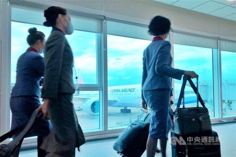 華航清零計畫6日上路,指揮中心指揮官陳時中表示,將強化外站管理,確保機組員、外站都乾淨,才可能鬆綁檢疫。(中央社檔案照片)