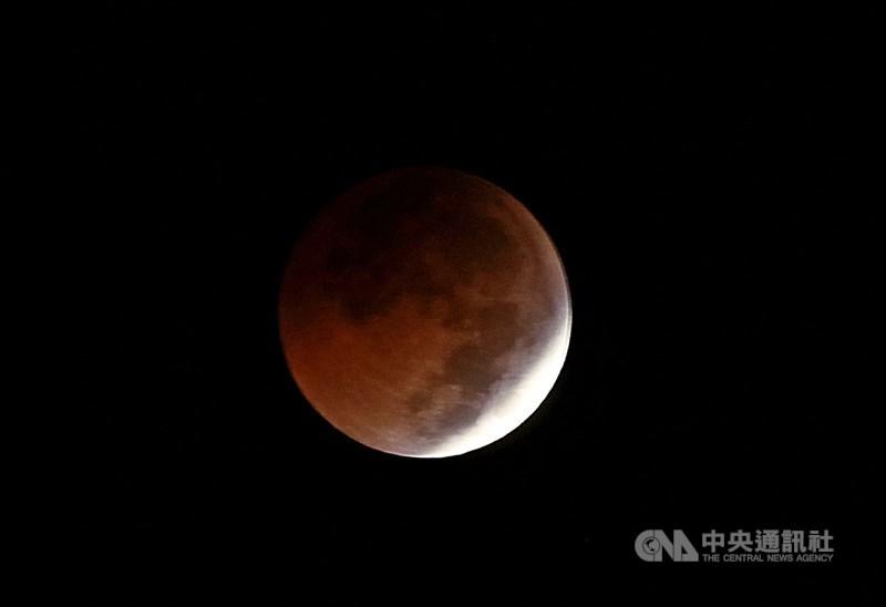 台灣26日將發生月全食,晚間7時9分至28分是最精華的全食階段。圖為2018年7月28日月全食接近食甚前的月象。(中央社檔案照片)