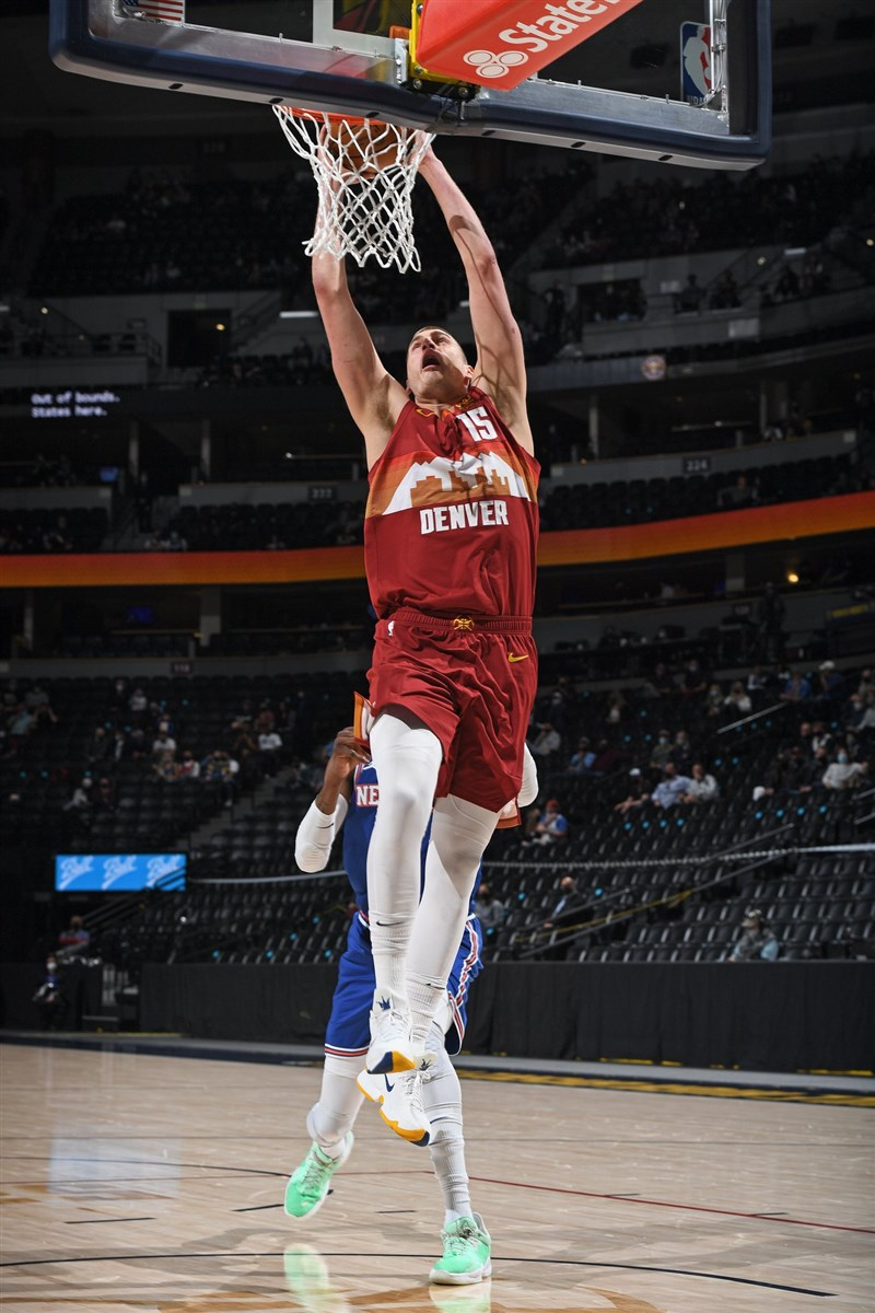 NBA丹佛金塊主力約基奇(前)5日對上紐約尼克,獨得32分與12個籃板的雙十表現,終場金塊113比97擊敗尼克。(圖取自facebook.com/DenverNuggets)