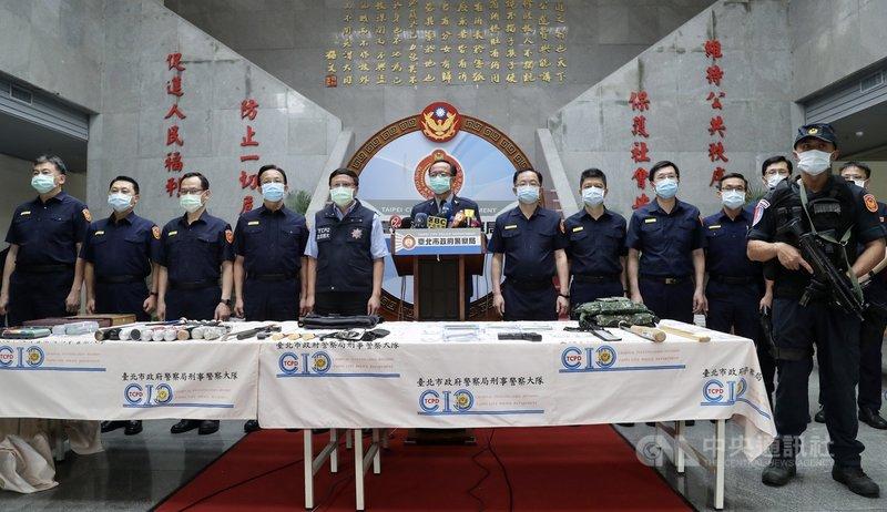 台北市近來發生數起社會矚目治安事件,台北市警察局長陳嘉昌(左6)6日舉行記者會,率14名分局長宣示掃黑決心、全力肅清黑幫。中央社記者張皓安攝 110年5月6日