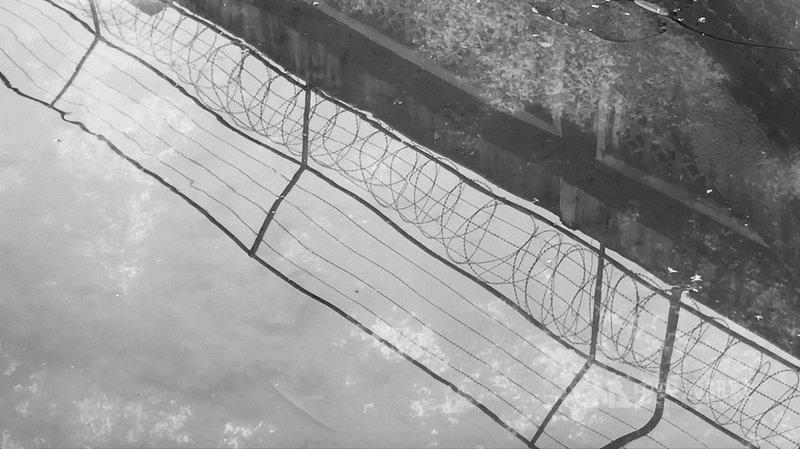 香港藝術家李俊峰以作品「界限」參加17日起正式登場的2021綠島人權藝術季,透過鐵絲網分隔的空間,象徵香港獨特地緣政治下的政治處境。(國家人權博物館提供)中央社記者趙靜瑜傳真 110年5月6日