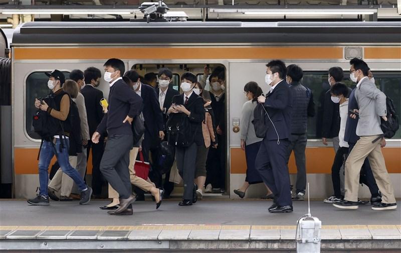 日本疫情延燒,全境重症患者1114人創歷史新高。圖為6日日本結束黃金週假期,東京鐵路車站上午恢復通勤人潮。(共同社)
