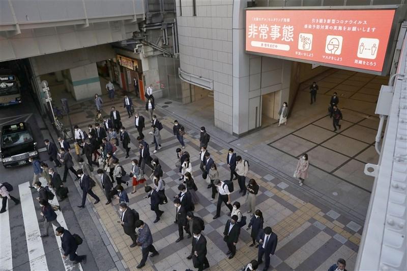 疫情高居不下,日本緊急事態宣言擬延長2週到1個月,7日會正式決定。圖為6日大阪站前人潮。(共同社)