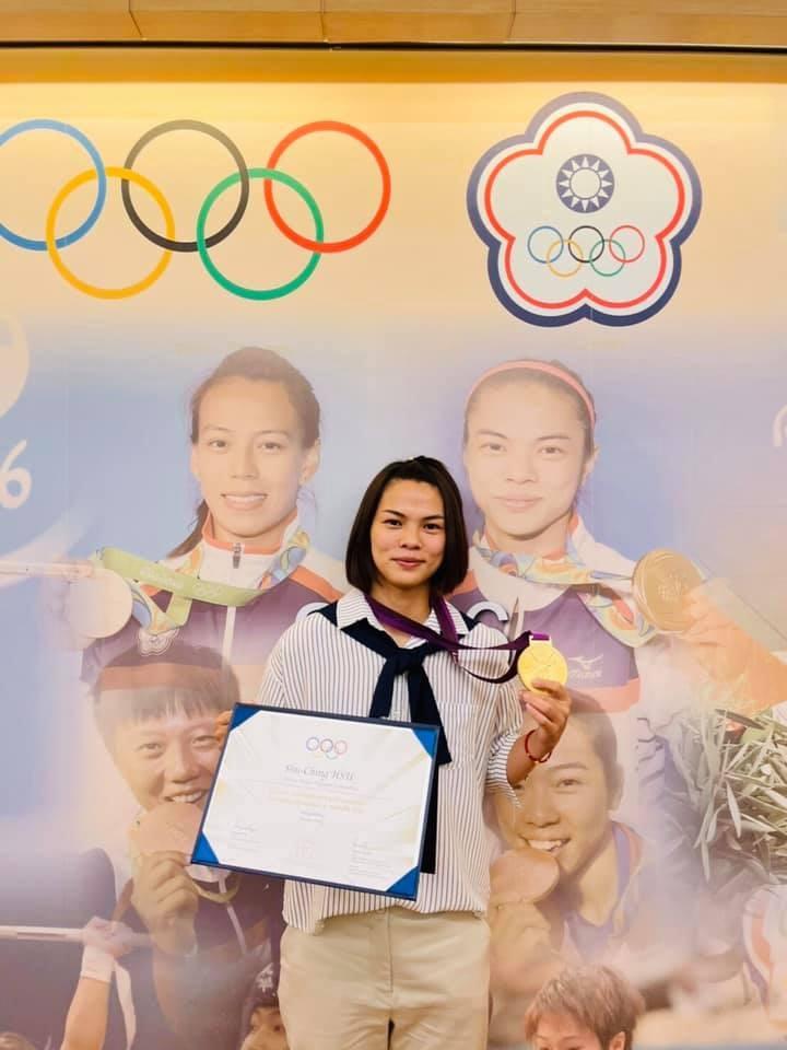 舉重女將許淑淨遞補2012年倫敦奧運女子舉重53公斤級金牌,並選擇在台灣領取獎牌。(圖取自facebook.com/jessie800509)