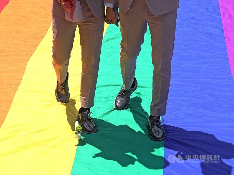 台灣與澳門籍同性伴侶信奇與阿古赴戶政機關申請登記結婚遭拒提告,法院6日判戶政機關須准許登記成首例。(中央社檔案照片)