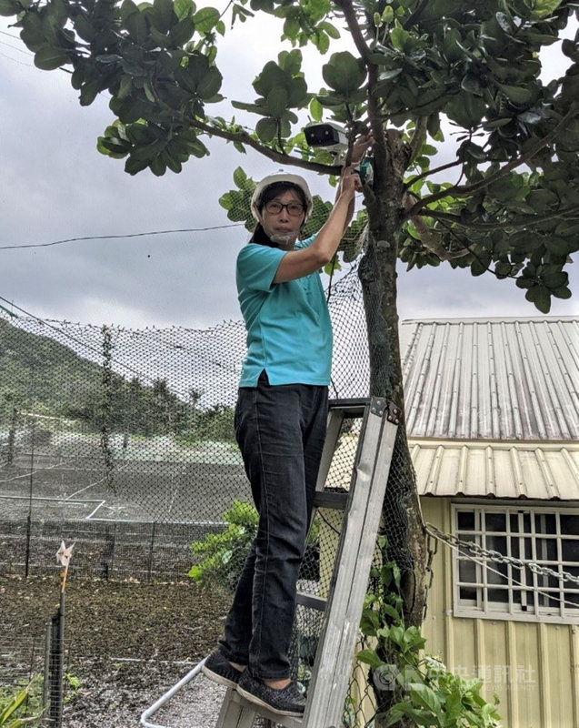 現年54歲的劉祖貞因渴望找到新的職涯發展,參加勞動部辦理的「智慧家庭節能技術班」,結訓後成立工作室,接案打造農地自動化系統。(勞動部提供)中央社記者郭芷瑄傳真  110年5月6日