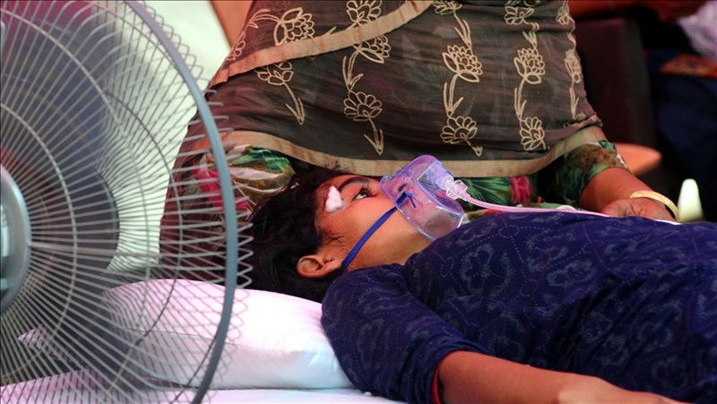 印度的醫療系統受第2波疫情重創,從都市到廣闊鄉村地區全都無法倖免。圖為5日印度北方省一名染疫病患接受供氧。(安納杜魯新聞社)