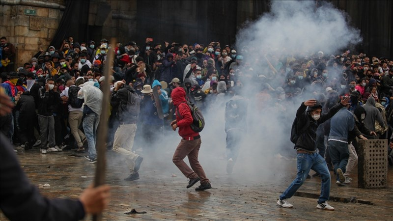 哥倫比亞全國反政府示威活動5日進入第8天,群眾攻擊首都波哥大警察局,引發鎮暴警察發射催淚彈鎮壓。圖為波哥大民眾示威情形。(安納杜魯新聞社)