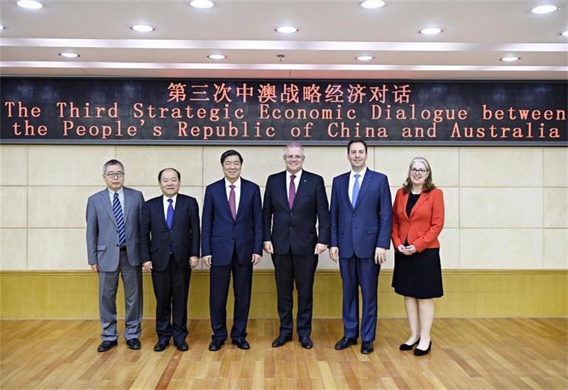 中國6日宣布無限期暫停「中澳戰略經濟對話機制」下一切活動。中澳最後一次戰略經濟對話是2017年9月,當時澳方代表之一就是現任總理莫里森(右3)。(圖取自中國國家發展和改革委員會網頁ndrc.gov.cn)