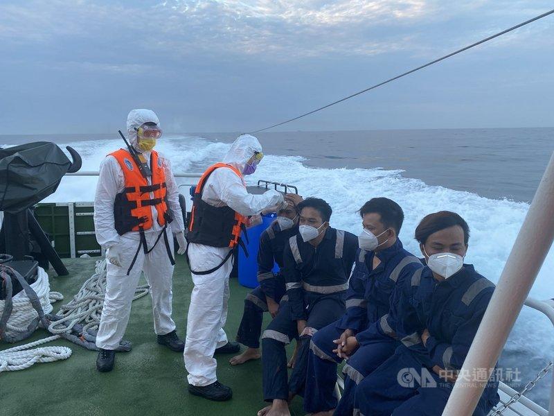 基隆市八斗子籍漁船「漁富888」6日在馬祖東引東北方外海86浬處失火,海巡署緊急馳援,已救起9名印尼籍船員,但仍有2名台灣船員失蹤待尋。(海巡署提供)中央社記者沈如峰基隆傳真  110年5月7日