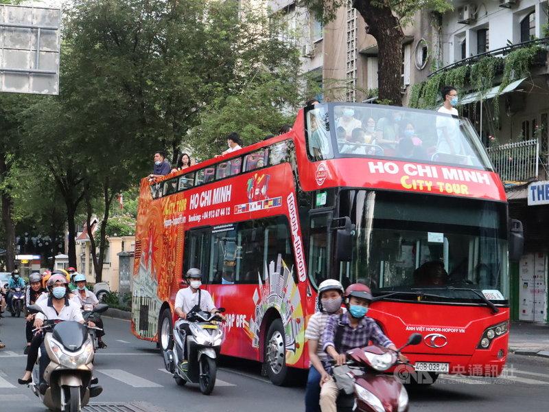 越南4月下旬再度爆發COVID-19本土疫情,超過1300萬人口的最大都市胡志明市自7日起禁止30人以上公共聚會。圖為搭載遊客穿梭胡志明市街頭的觀光巴士。中央社記者陳家倫胡志明市攝  110年5月7日