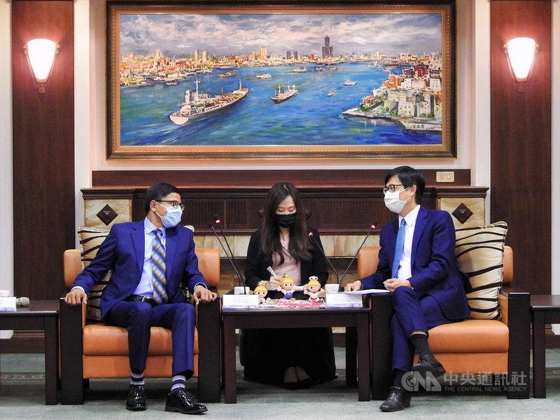 印度台北協會會長戴國瀾(左)7日訪高雄,市長陳其邁(右)與戴國瀾就科技、智慧城市、教育、文化、疫情等議題交換意見。(高雄市政府提供)中央社記者洪學廣傳真  110年5月7日