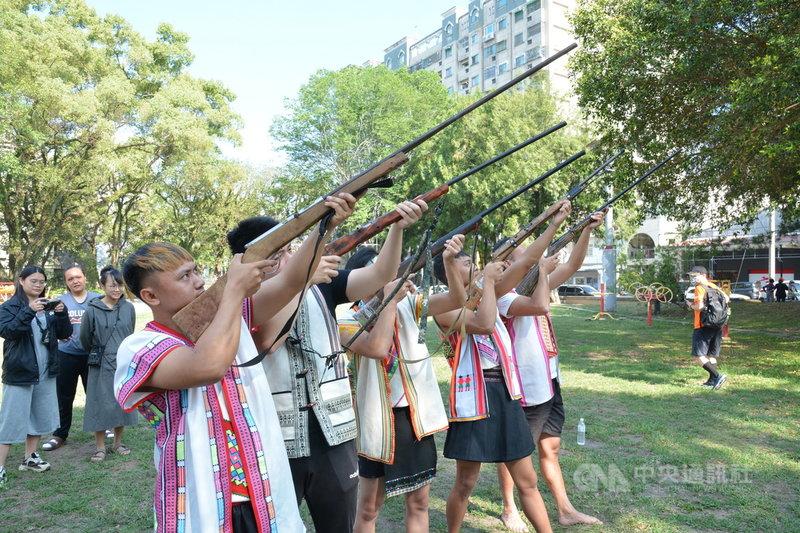 布農族人王光祿打獵釋憲案7日下午宣示解釋,來自全國布農青年代表7日上午在南投縣鳴傳統獵槍聲援,他們認為,無論釋憲結果為何,錯誤法律壓制狩獵文化,應立即盤點並修法。(Savungaz提供)中央社記者蕭博陽南投縣傳真  110年5月7日