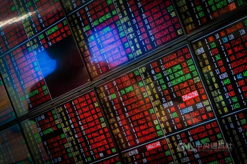 電子股回神激勵台股7日開高,盤中連續突破17000點、17100點及17200點,終場收在最高17285點,上漲290.64點。中央社記者王騰毅攝  110年5月7日