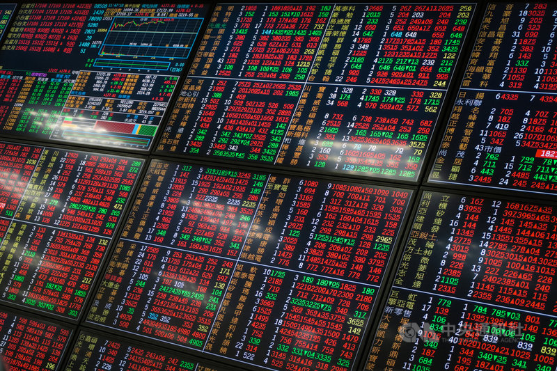 美股費城半導體指數止跌反彈,激勵電子股回神,台股7日大漲290點,指數衝破17200點。中央社記者王騰毅攝  110年5月7日