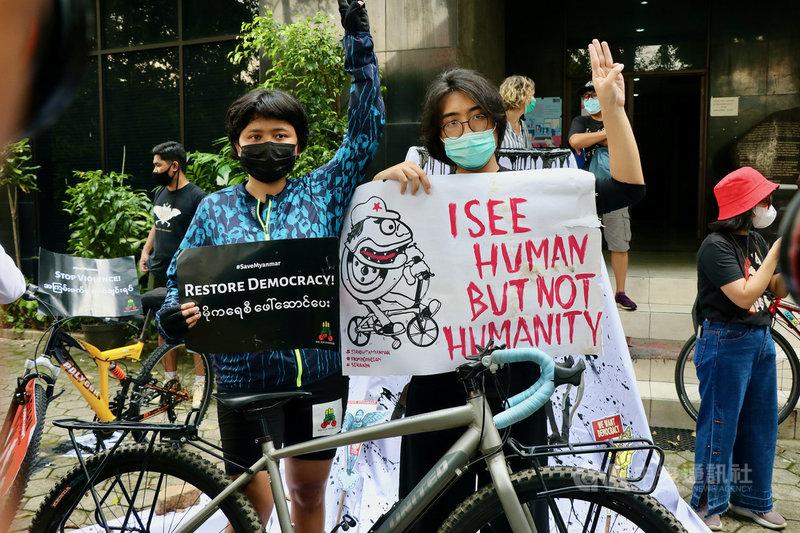 東南亞國家協會高峰會4月底與緬甸軍方領袖敏昂萊會商緬甸情勢。印尼奶茶聯盟發言人薩菲娜(左)指出,東協也應與代表緬甸人民的全國團結政府對話,並提出解決危機的具體作法。圖攝於4月24日。中央社記者石秀娟雅加達攝 110年5月7日