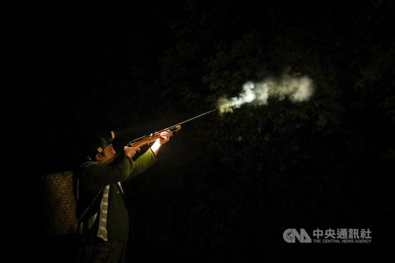 布農族獵人王光祿狩獵遭判刑,大法官7日宣示解釋,原住民狩獵文化再度引發關注。圖為泰雅族獵人使用自製獵槍上山打獵。中央社記者王騰毅攝 110年5月7日