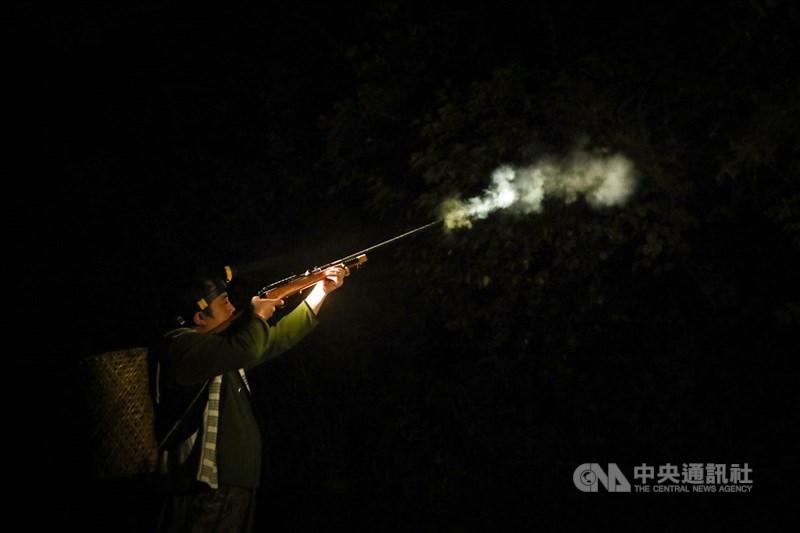 總統府20日公告特赦布農族獵人王光祿。原住民團體認為,現行法律與文化傳統仍有格格不入的情況,應立刻啟動修法。圖為泰雅族獵人使用自製獵槍上山打獵。(中央社檔案照片)