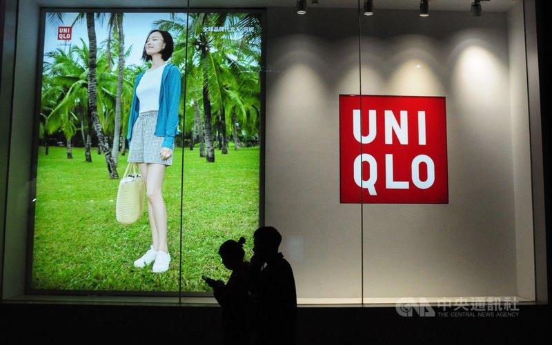 受中國抵制禁用新疆棉外企影響,網購平台天貓上包括Uniqlo等外企4月的銷售額大減。圖為3月民眾走過Uniqlo位於上海徐匯區的門市。中央社記者沈朋達上海攝  110年5月7日