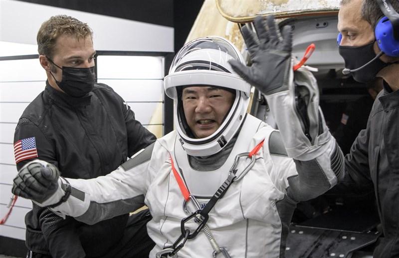 56歲日籍太空人野口聰一,6日在重返地球後首場記者會談到太空船降落海面時說,「有一種回到『水行星』的強烈感受」。(圖取自twitter.com/nasa)