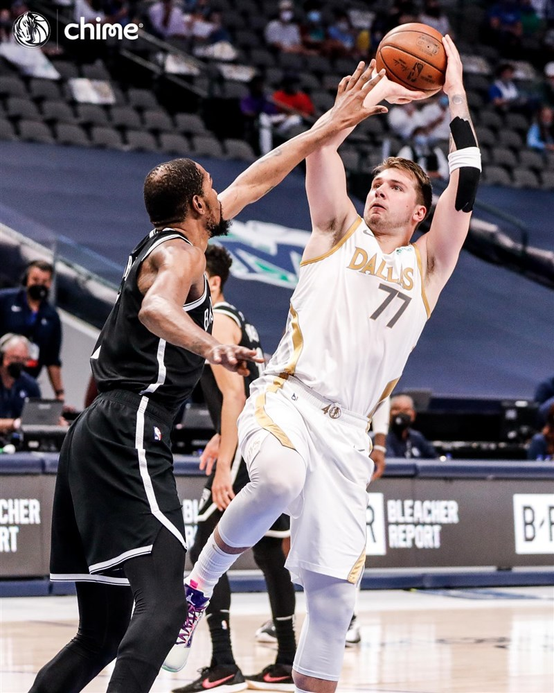 NBA達拉斯獨行俠後衛唐西奇(前右)6日晚間攻下24分、10籃板、8助攻,帶領球隊終場113比109力退布魯克林籃網。(圖取自facebook.com/dallasmavs)
