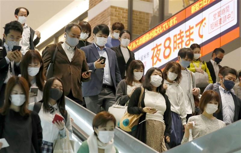 日本政府7日諮詢專家意見,準備把在4都府縣實施的中央層級「緊急事態宣言」解禁日延至31日,並從12日起追加愛知縣及福岡縣適用緊急事態。圖為福岡街頭。(共同社)