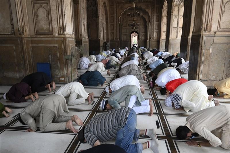巴基斯坦現面臨第3波疫情,學校及餐廳已關閉,但各地虔誠信徒仍湧進清真寺祈禱。(法新社)