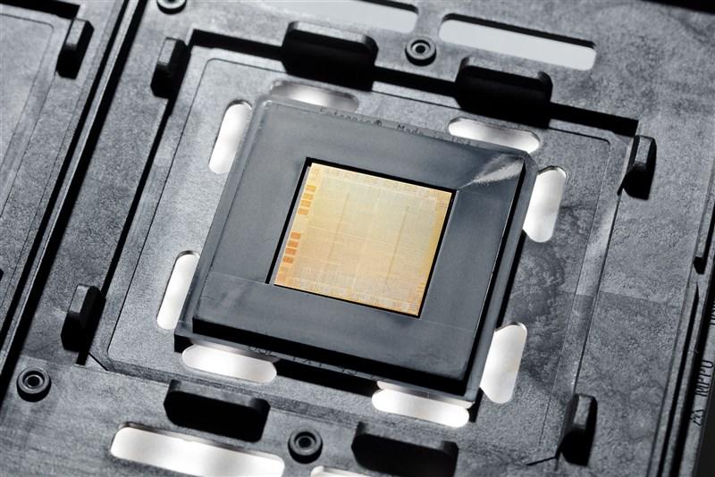 IBM 6日發表號稱全球首創的2奈米晶片製造技術,稱這項技術可讓晶片速度比當今主流的7奈米晶片提升多達45%。圖為採用7奈米的POWER 10處理器。(圖取自IBM網頁www.ibm.com)