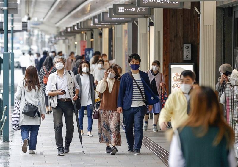 日本政府決定,東京都、大阪府、兵庫縣、京都府實施的「緊急事態宣言」解禁日從11日延長至31日;12日起追加愛知縣、福岡縣適用緊急事態宣言。圖為7日京都街頭。(共同社)