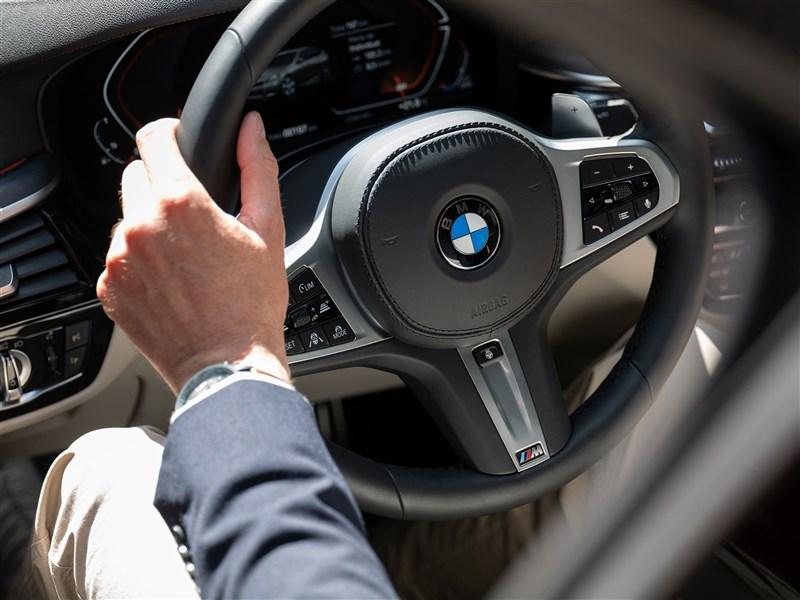 德國豪華車大廠BMW執行長齊普策6日表示:「由於全球密切關注晶片短缺,預計最晚2年內可恢復供需平衡。」(圖取自facebook.com/BMW)