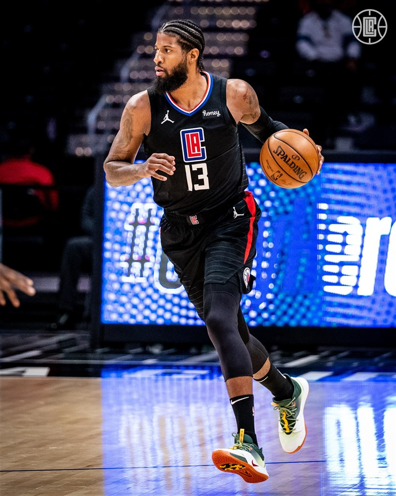 NBA6日上演加州內戰,洛杉磯快艇球星喬治拿下陣中最高24分,率隊以118比94大勝洛杉磯湖人。(圖取自twitter.com/LAClippers)